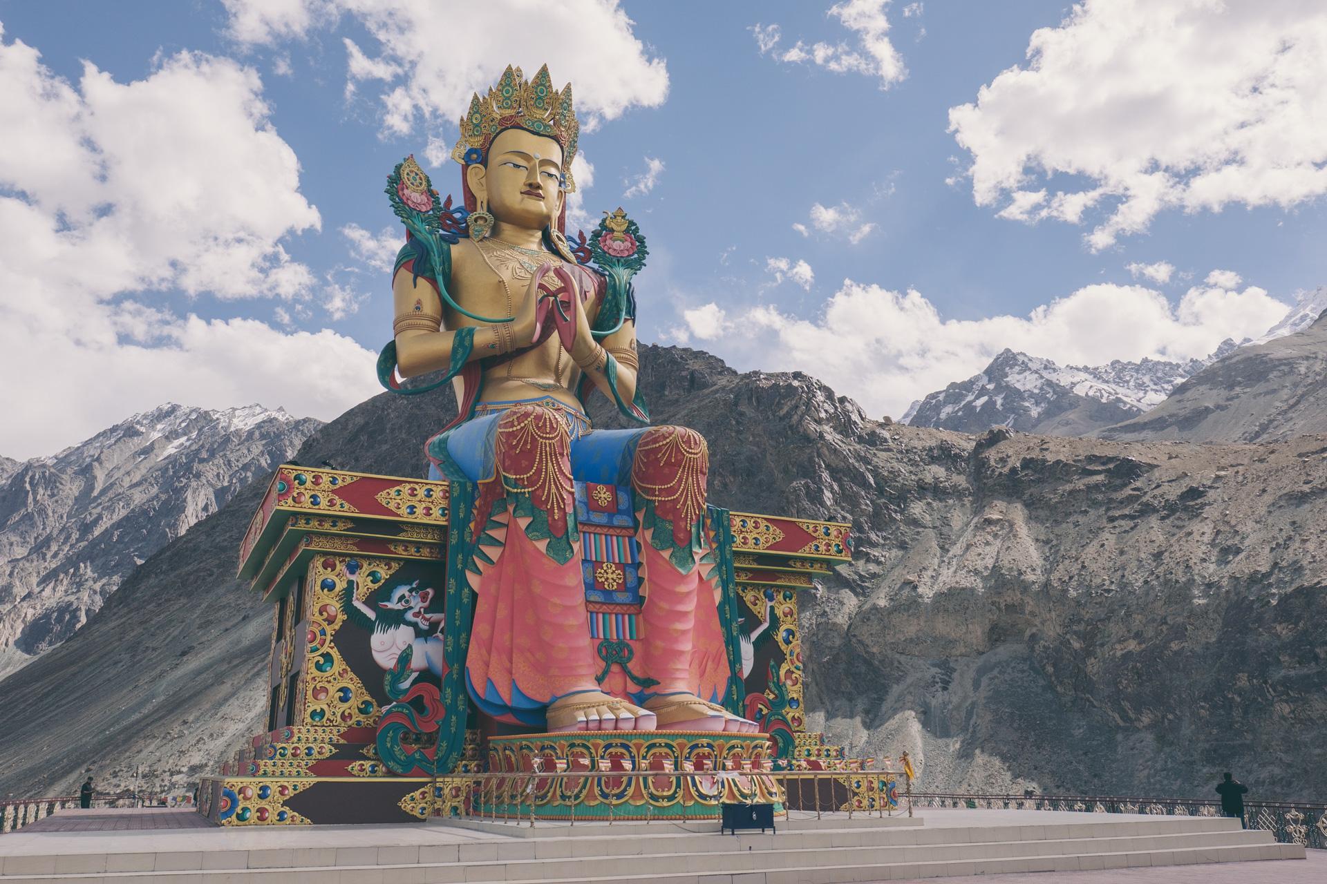 De enorme Boeddha van Diskit.